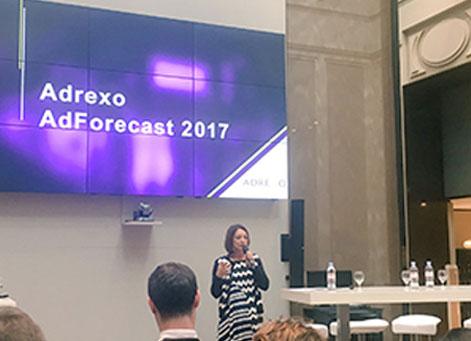 Femme qui parle lors de la Conférence Adrexo 2017