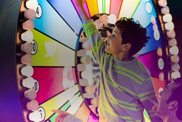Un père et son fils lancent une roue de loterie