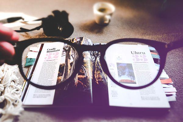 Une paire de lunettes devant un dossier cas client