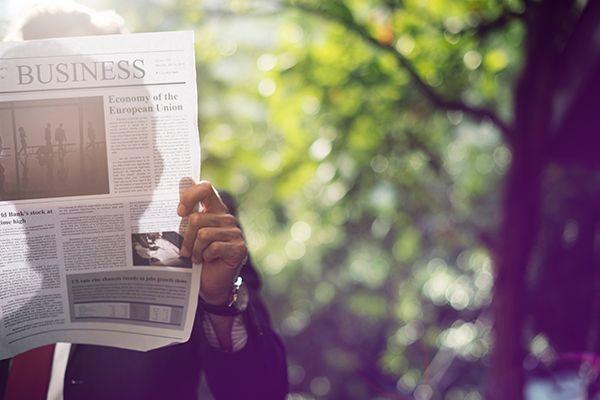 Un homme lit un journal portant sur une étude