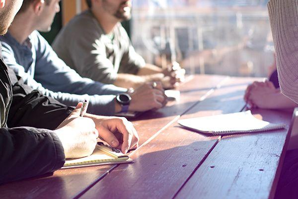 Trois personnes assistent à une réunion d'entraide
