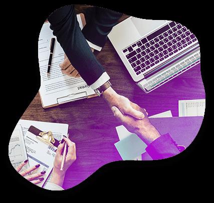 Un consultant Adrexo et un client se serrent la main