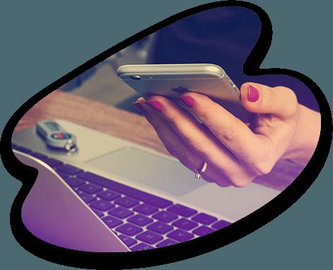 Une cliente reçoit une campagne sms/email sur son téléphone