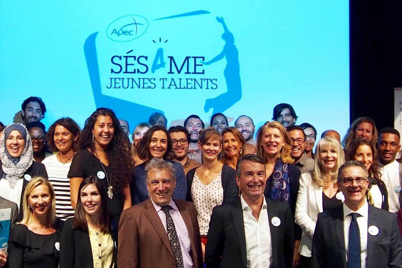 Photo de groupe lors de la remise des prix Adrexo Apec Sésame Jeunes Talents
