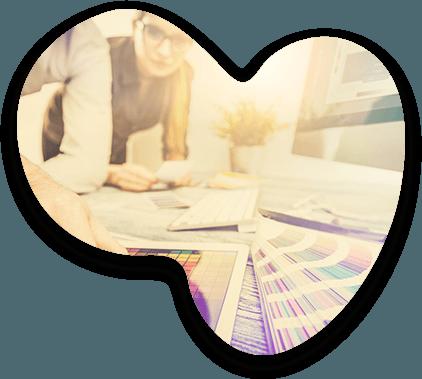 Deux consultants Adrexo choisissent une couleur adaptée sur un nuancier papier