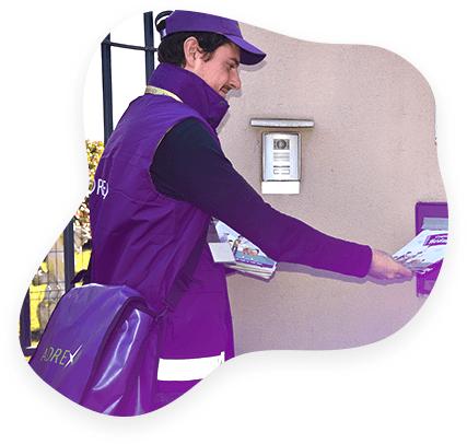 Un distributeur Adrexo livre une publicité en boîte à lettres