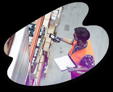 Un logisticien Adrexo vérifie la conformité des produits