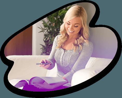 Une experte Adrexo essaye la réalité augmentée d'un prospectus en le scannant avec son smartphone
