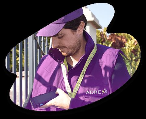 Distributeur Adrexo en train de scanner