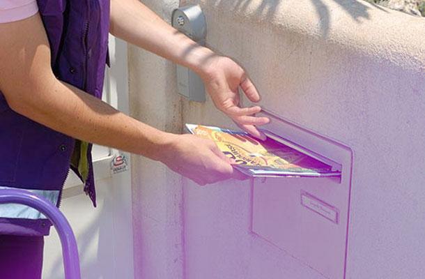 Un distributeur Adrexo délivre des publicités papier dans une boîte à lettres